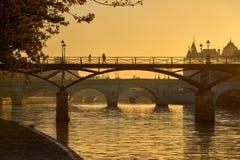 在艺术桥和塞纳河的日出 Ile de la援引,巴黎,法国 库存图片