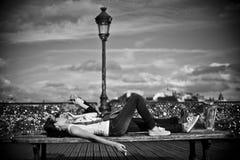 在艺术桥梁的夫妇在巴黎 免版税库存照片