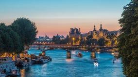 在艺术桥的看法在巴黎在对夜timelapse,法国的日落天以后 影视素材