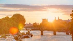在艺术桥的看法在日落timelapse的,法国巴黎 影视素材