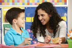 在艺术课的基本的年龄学生与老师 库存照片