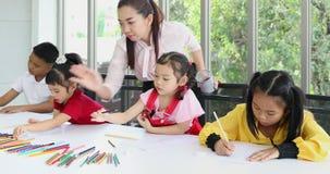 在艺术课,亚裔学生有意识地画 股票录像