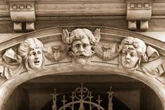 在艺术Nouveau房子门面的浅浮雕  库存照片