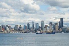在艾略特海湾,西雅图, WA,美国的三艘皮船 免版税库存图片