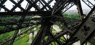 在艾菲尔铁塔下的地面通过铁射线观看了 免版税库存图片