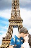在艾菲尔铁塔下的恋人在巴黎 免版税图库摄影