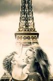 在艾菲尔铁塔下的恋人在巴黎 库存图片