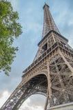 在艾菲尔铁塔下,巴黎 免版税库存照片