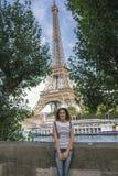 在艾菲尔铁塔前面的少妇 免版税图库摄影