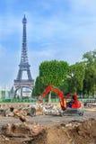 在艾菲尔铁塔前面的建筑工作 库存图片