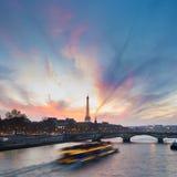 在艾菲尔铁塔和塞纳河的日落 库存图片