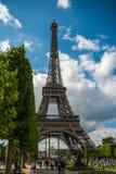 在艾菲尔铁塔游览埃菲尔蓝天前面的公园覆盖 免版税图库摄影