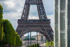在艾菲尔铁塔游览埃菲尔蓝天前面的公园 免版税库存图片