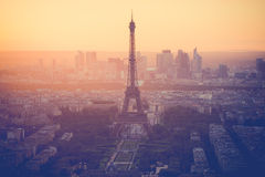 在艾菲尔铁塔的日落在有葡萄酒过滤器的巴黎 库存图片