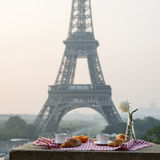 在艾菲尔铁塔的早餐 免版税库存图片