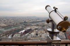 在艾菲尔铁塔的望远镜在巴黎,法国 免版税图库摄影