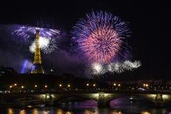 在艾菲尔铁塔的烟花巴士底日的在巴黎- Le feu d `策略de la Tour埃菲尔Ã巴黎倾吐le 14 Juillet 库存图片