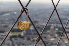 在艾菲尔铁塔顶部的爱锁 免版税库存图片