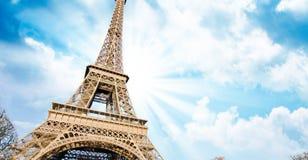 在艾菲尔铁塔,巴黎的天空颜色 免版税库存照片