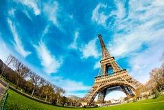 在艾菲尔铁塔,巴黎的天空颜色 免版税库存图片