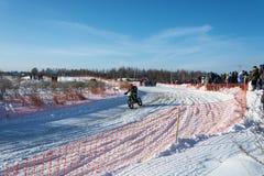 在节日冬天乐趣的摩托车越野赛在Uglich, 10 02 2018年在Ug 库存图片
