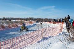 在节日冬天乐趣的摩托车越野赛在Uglich, 10 02 2018年在Ug 库存照片