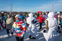 在节日冬天乐趣的滑稽的舞蹈在Uglich, 10 02 2018年寸 库存图片