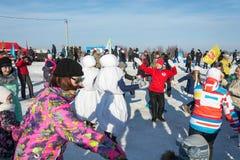 在节日冬天乐趣的滑稽的舞蹈在Uglich, 10 02 2018年寸 免版税库存图片