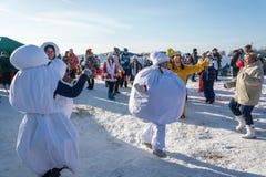 在节日冬天乐趣的滑稽的舞蹈在Uglich, 10 02 2018年寸 免版税库存照片
