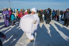 在节日冬天乐趣的滑稽的舞蹈在Uglich, 10 02 2018年寸 库存照片