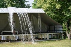 在节日开始前,雨水从在阶段上的一个机盖被推挤 免版税库存照片
