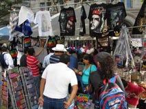 在节日拉丁美洲人的纪念品摊 免版税图库摄影