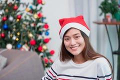 在节日晚会的亚洲妇女微笑与在backg的装饰旗子 免版税库存照片