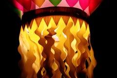 在节日期间的五颜六色的装饰灯 免版税库存照片