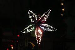 在节日期间的五颜六色的装饰灯 免版税库存图片
