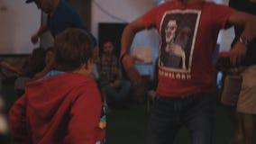 在节日期间,采取忠告的年轻男孩如何平衡圆筒的委员会 影视素材