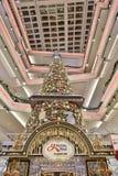 在节日步行购物中心的圣诞树在2017年 免版税库存照片
