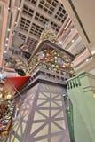 在节日步行购物中心的圣诞树在2017年 库存图片