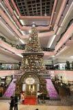 在节日步行购物中心的圣诞树在2017年 图库摄影