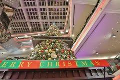 在节日步行购物中心的圣诞树在2017年 免版税库存图片