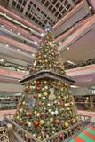 在节日步行购物中心的圣诞树在2017年 库存照片