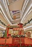 在节日步行购物中心的圣诞树在2017年 免版税图库摄影