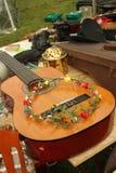 在节日的吉他和花冠 免版税库存照片