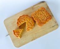 在节日的月饼中国传统点心在剁板材 库存照片