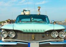 在节日的豪华美国汽车普利茅斯愤怒1960年生产  免版税库存图片