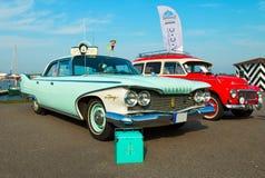 在节日的豪华美国汽车普利茅斯愤怒1960年生产  免版税库存照片