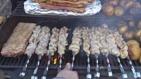 在节日食物的食物,烤肉串起油煎的土豆,烤肉串 股票视频