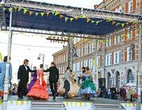 在节日Rozhdestvenskaya街道的交谊舞 库存照片