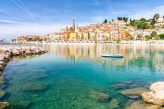 在芒通,普罗旺斯-阿尔卑斯-蓝色海岸,法国五颜六色的镇的看法  库存图片