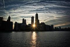 在芝加哥地平线和密歇根湖的日落 库存照片